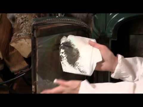 Использование пепла и тряпки или газеты для очистки стеклянной поверхности