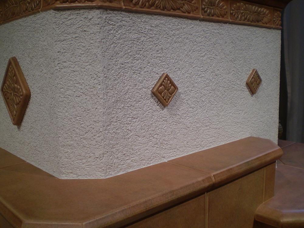 Применение декоративной штукатурки для отделки камина