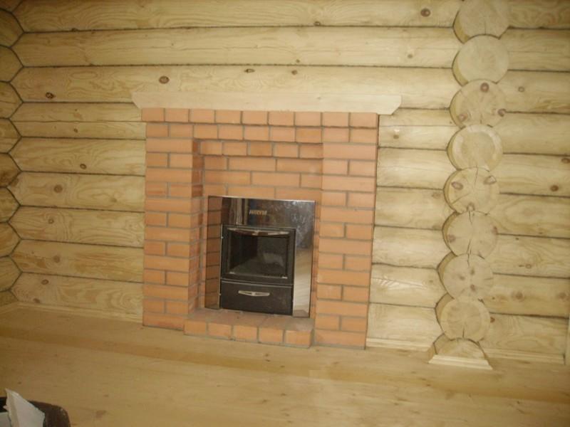 Отделка камина в доме с деревянными стенами