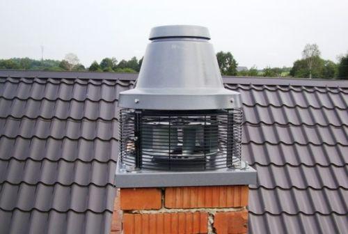 Фото: вид на дымоход и дымосос со стороны крыши