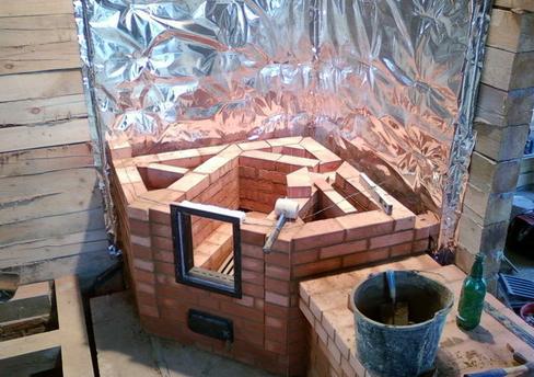 Выполнение кладки угловой конструкции с предварительной изоляцией стен